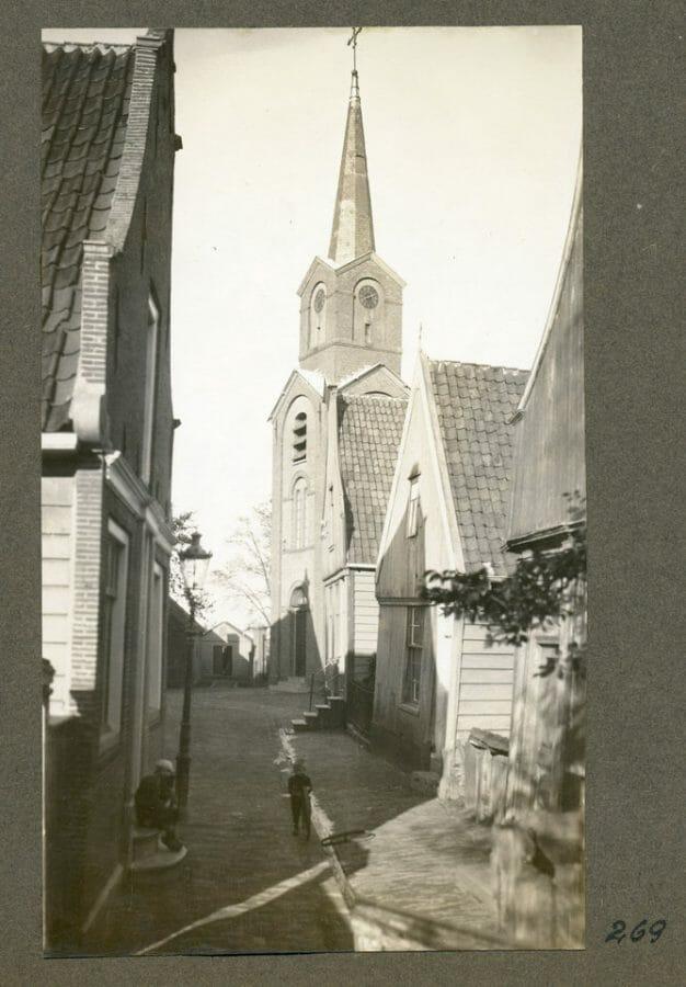 Brede Kerkepad Met De Herv Kerk Vanaf De Nieuwendammerdijk